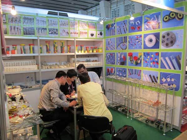 Discussing With Customer In Canton Fair